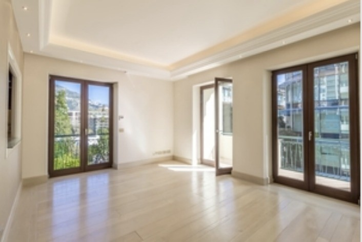 UNDER OFFER / Renovated 2 bedroom apartment in the Golden Square - Palais St James