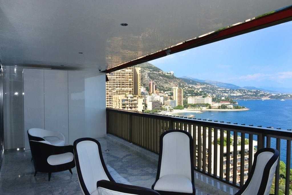 CARRE D'OR DISTRICT: RARE 1 BEDROOM FLAT WITH SEA VIEW